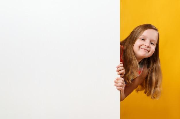 Petite Fille Tenant Un Fond D'espace Blanc Vierge Photo Premium