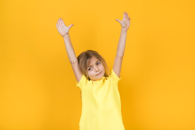 Petite fille tenant les mains en l'air Photo gratuit