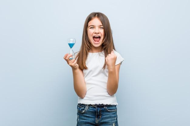 Petite Fille Tenant Un Sablier Photo Premium