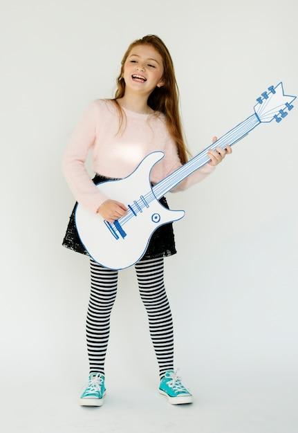 Petite fille, tenue, papercraft, arts, guitare, musique, studio, portrait Photo Premium