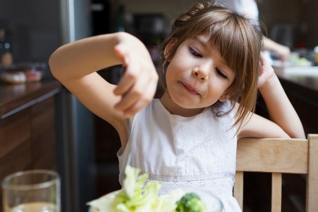Petite fille en train de déjeuner en plein air Photo gratuit