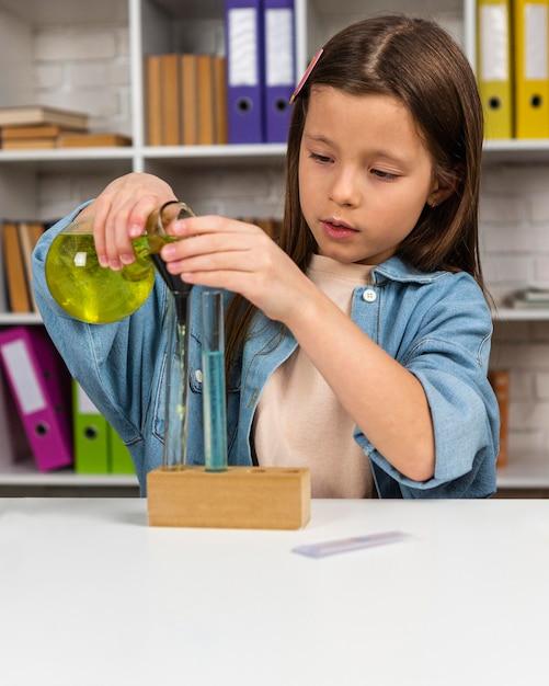 Petite Fille Avec Tubes à Essai Et Microscope Photo Premium