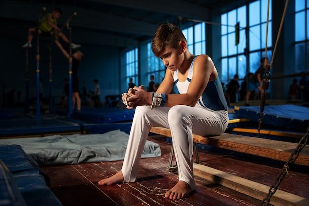 Petite Formation De Gymnaste Masculin Dans Une Salle De Sport, Flexible Et Active Photo gratuit