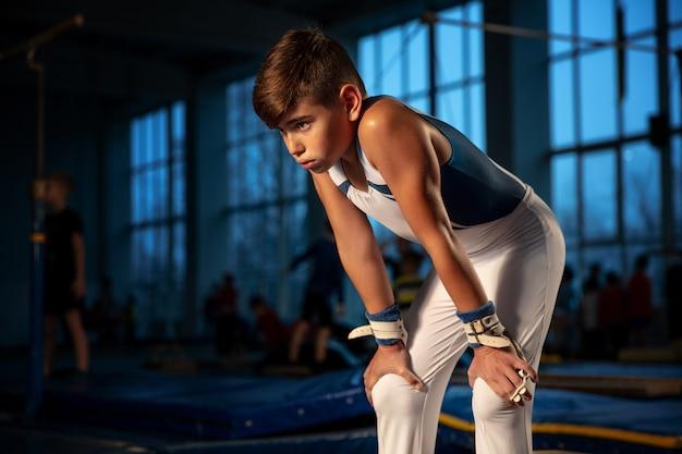 Petite Formation De Gymnaste Masculin En Salle De Sport, Flexible Et Active Photo gratuit
