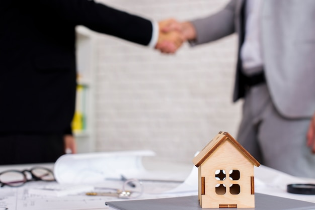 Petite maison en bois avec un arrière-plan flou Photo gratuit
