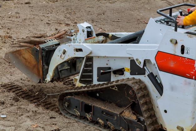 Petite pelle bobcat sur un chantier de construction chargeuse sur pneus sur un chantier de construction Photo Premium