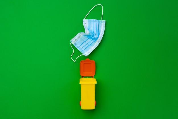 Petite Poubelle Colorée A Utilisé Des Masques Infectieux, Gros Plan Photo Premium