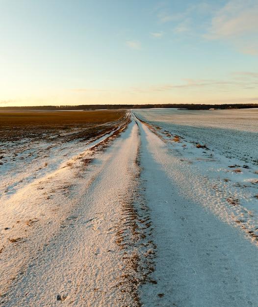 Petite Route Couverte De Neige En Hiver. Gros Plan Photo Avec Une Faible Profondeur De Champ Photo Premium