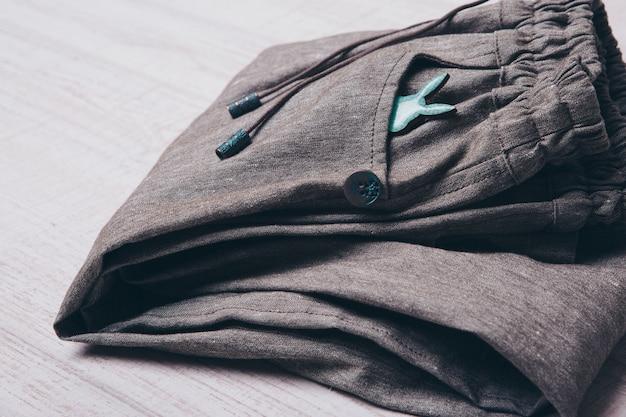 Une petite silhouette d'un lapin sur les vêtements Photo Premium