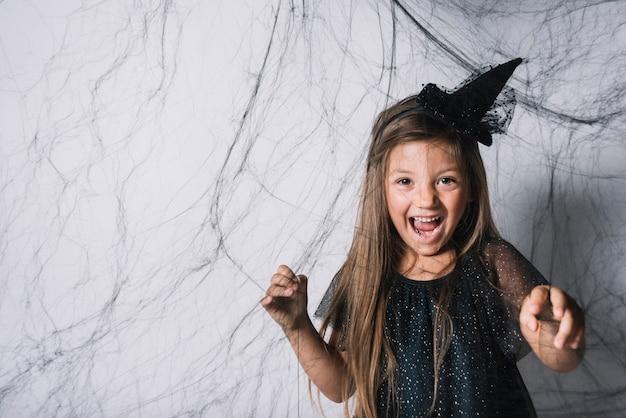 Petite sorcière derrière le web noir Photo gratuit