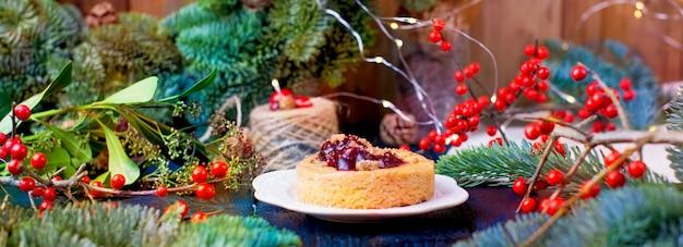 Petite tarte à la confiture de canneberges sur un sapin de noël en bois bleu Photo Premium