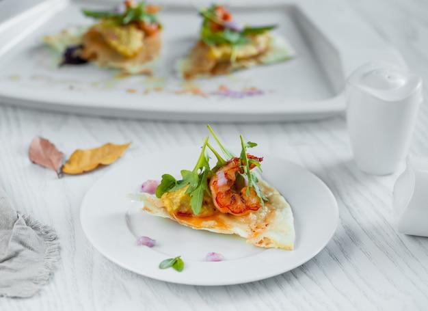 Petite tranche de pizza aux crevettes Photo gratuit