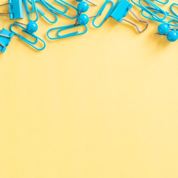 Petites attaches en papier turquoise Photo gratuit
