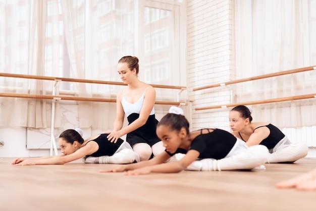 Les petites ballerines s'entraînent dans la salle de danse. Photo Premium
