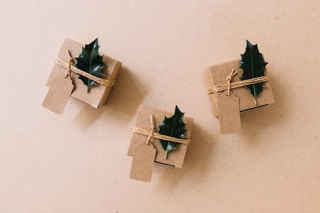 Petites boîtes-cadeaux marron avec des tracts verts Photo gratuit