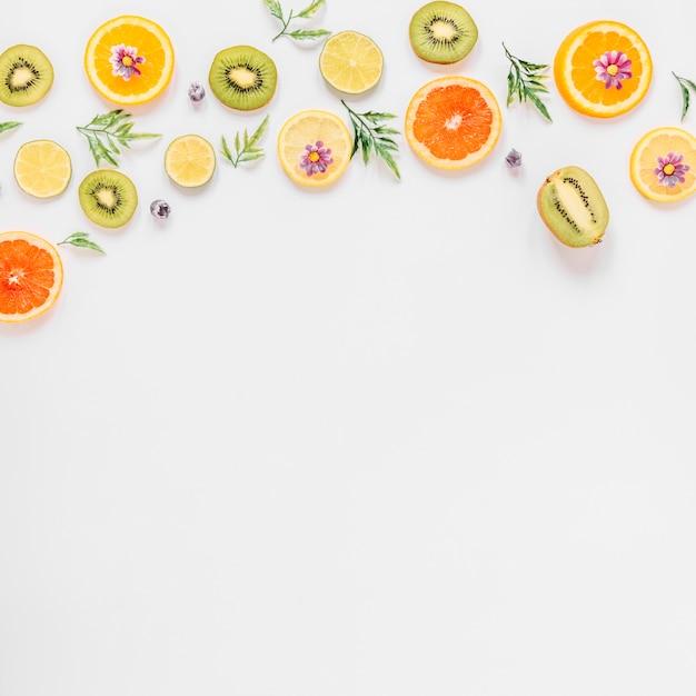 Petites brindilles et fleurs près de fruits assortis Photo gratuit
