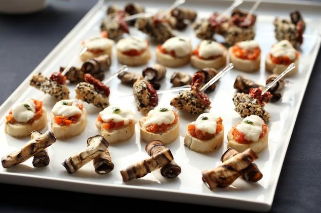 Petites collations gastronomiques sur une assiette Photo gratuit