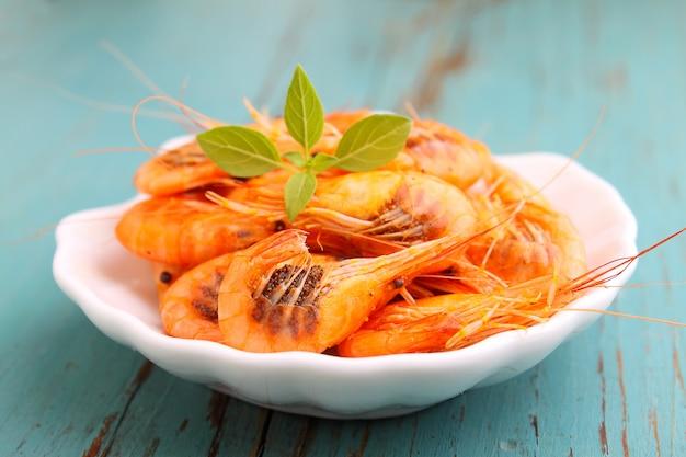 Petites Crevettes (crustacés) Sur Fond Bleu. Cuisine Traditionnelle D'odessa Photo Premium