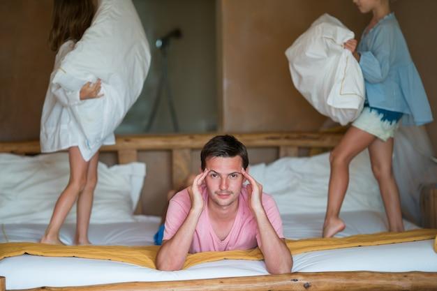 Petites filles jouant à la maison près de leur père Photo Premium