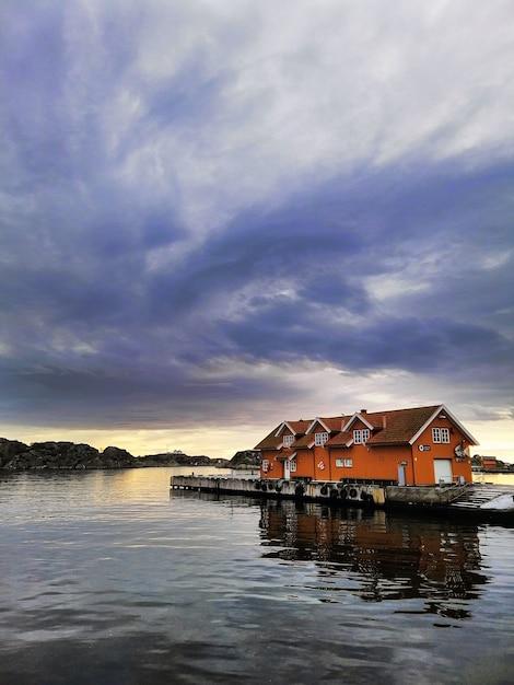 Petites Maisons Sur Le Quai Sous Un Ciel Nuageux Photo gratuit