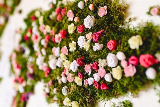 Petites Roses De Nombreuses Couleurs Dans Un Bouquet De Décoration. Photo Premium