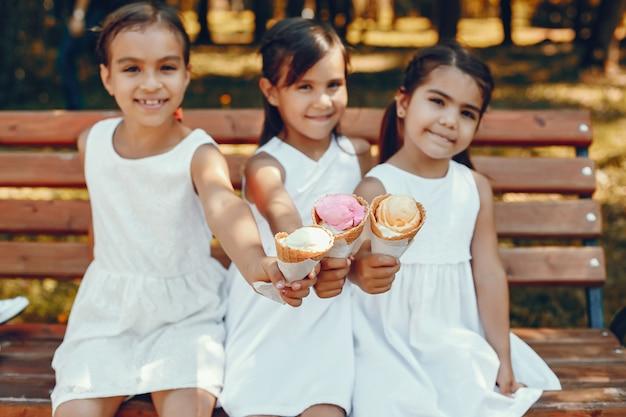 Petites soeurs mignonnes dans un parc d'été Photo gratuit
