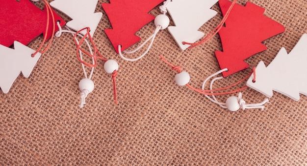 Petits Arbres De Noël En Bois Sur Un Sac Photo Premium