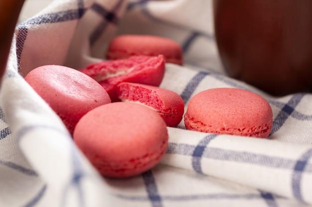 Petits Biscuits Macaron Rose Sur Une Nappe Se Bouchent Photo Premium