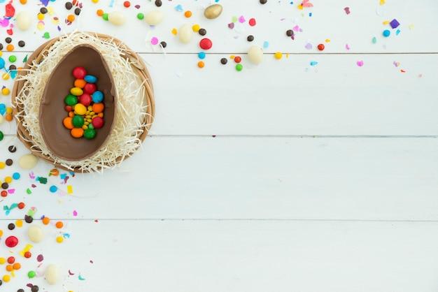 Petits bonbons en œuf de pâques sur la table Photo gratuit