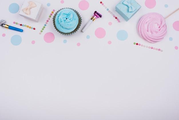 Petits cadeaux et cupcakes sur la table Photo gratuit