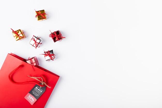 Petits cadeaux sortant du sac avec une étiquette noire Photo gratuit