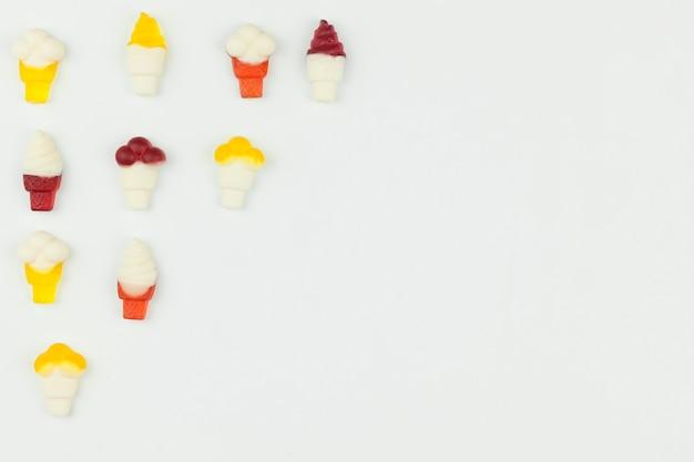 Petits chiffres de crème glacée sur fond clair Photo gratuit