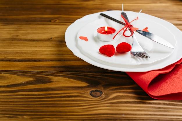 Petits coeurs rouges avec des couverts sur une assiette Photo gratuit