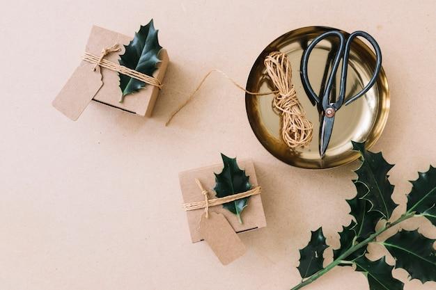 Petits coffrets cadeaux avec des dépliants verts sur une table marron Photo gratuit