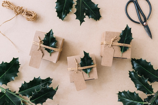 Petits coffrets cadeaux avec des dépliants verts sur la table Photo gratuit