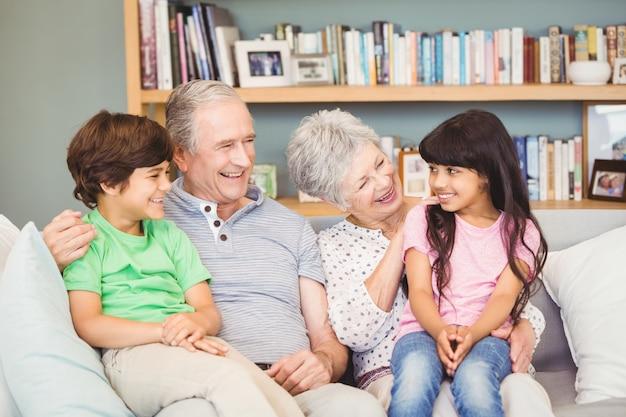 Petits-enfants Assis Avec Les Grands-parents Photo Premium