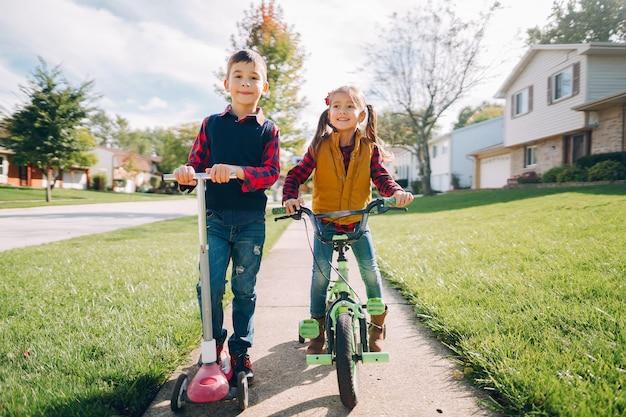Petits enfants dans un parc en automne Photo gratuit