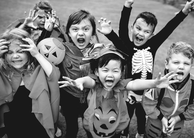 Petits enfants à une fête d'halloween Photo gratuit