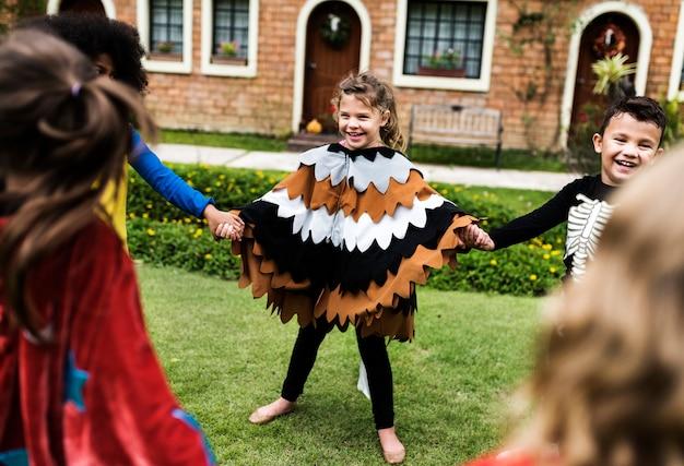Petits Enfants à La Fête D'halloween Photo gratuit