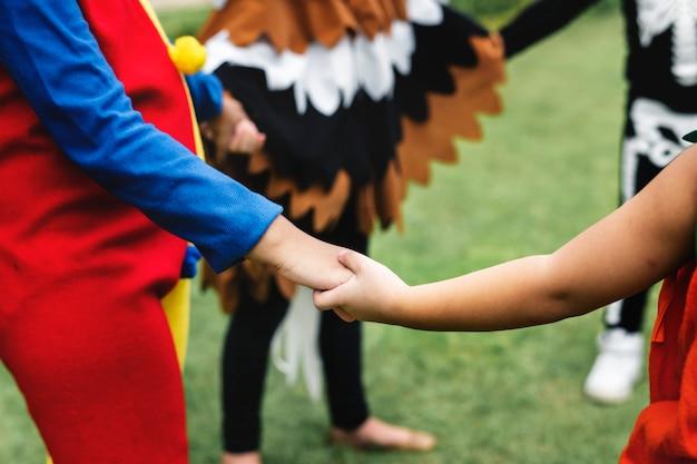 Petits enfants à la fête d'halloween Photo Premium