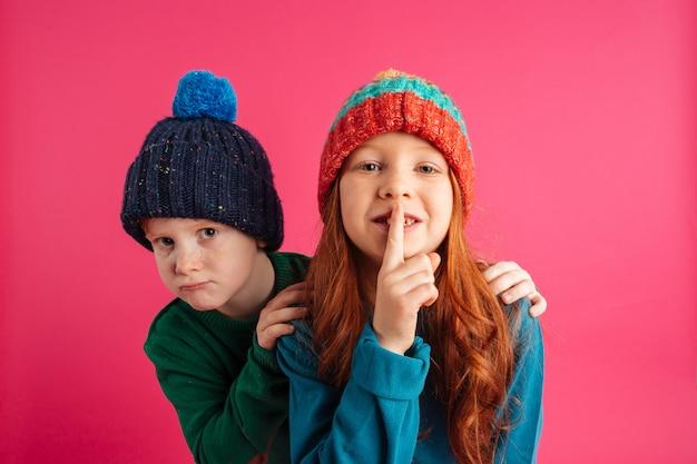 Petits Enfants Isolés Montrant Le Geste Du Silence. Photo gratuit