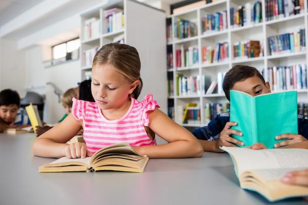 Les Petits Enfants Lisent Des Livres Photo Premium