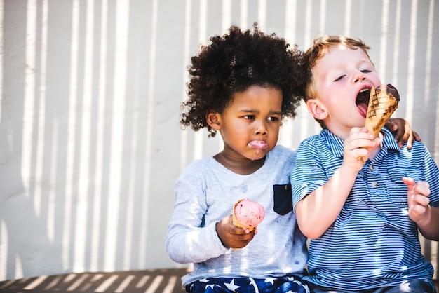 Petits enfants mangeant une glace délicieuse Photo Premium