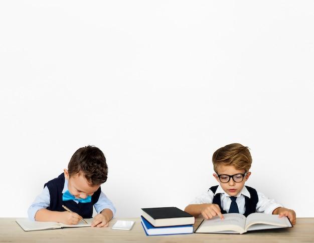 Petits enfants posant un adulte qui travaille Photo Premium