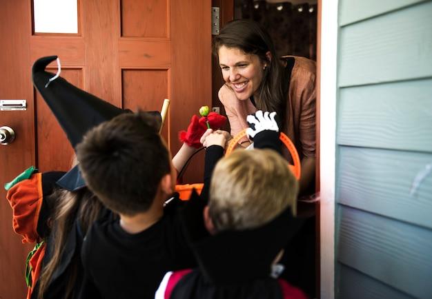 Petits enfants tromper ou traiter halloween Photo gratuit