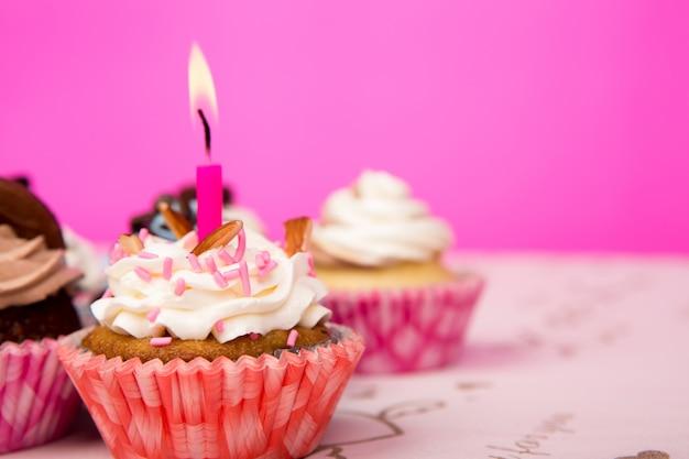 Petits gâteaux d'anniversaire Photo gratuit
