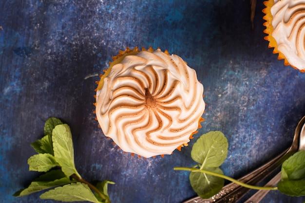 Petits gâteaux au citron avec meringue Photo Premium