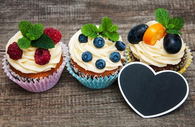 Petits gâteaux aux baies fraîches Photo Premium