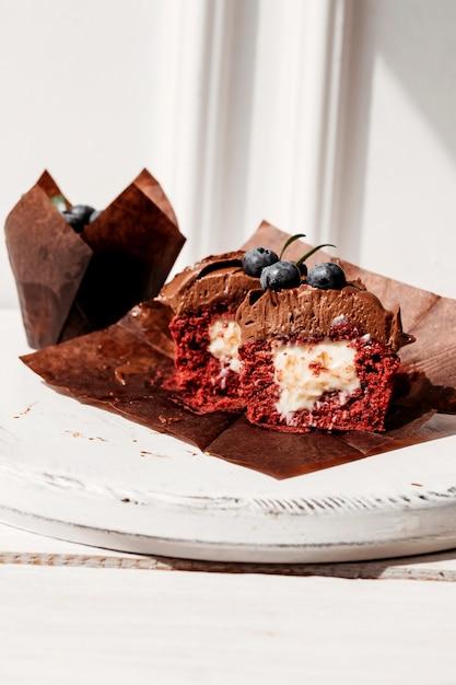 Petits gâteaux aux fruits fourrés et coupés dessert Photo Premium