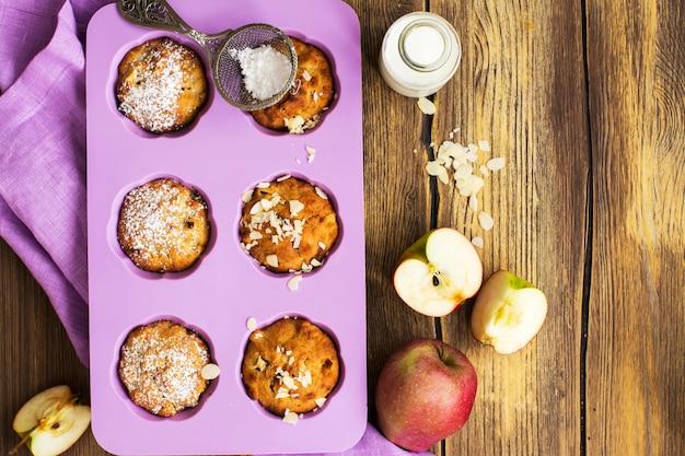 Petits gâteaux aux pommes sur une table en bois Photo Premium
